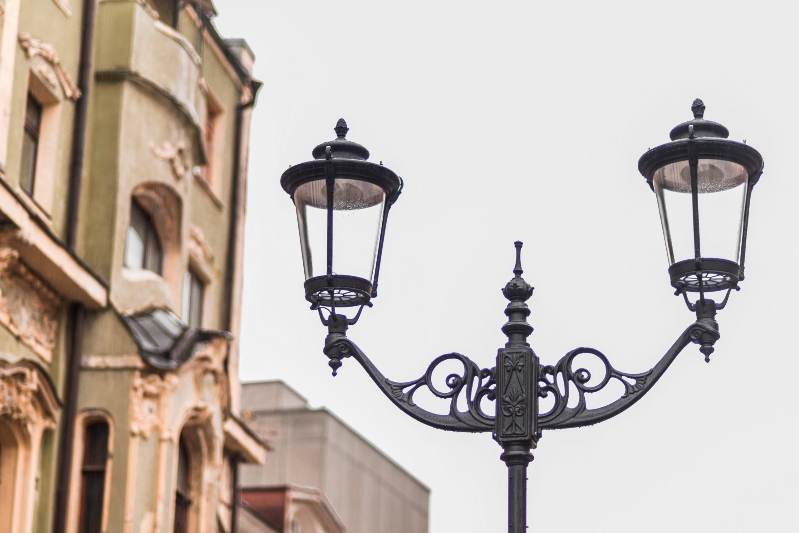 Стоит ли покупать чугунные фонари: особенности, преимущества, характеристики и особенности выбора изделий