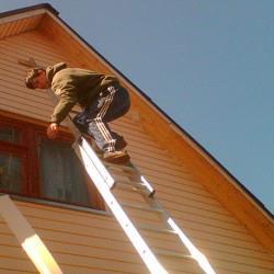 Отделка фронтона виниловым сайдингом – главное аккуратность при работе на высоте