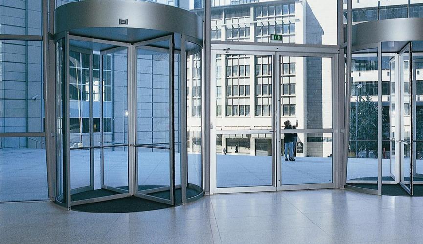 Вращающая дверь и в чем ее основные преимущества