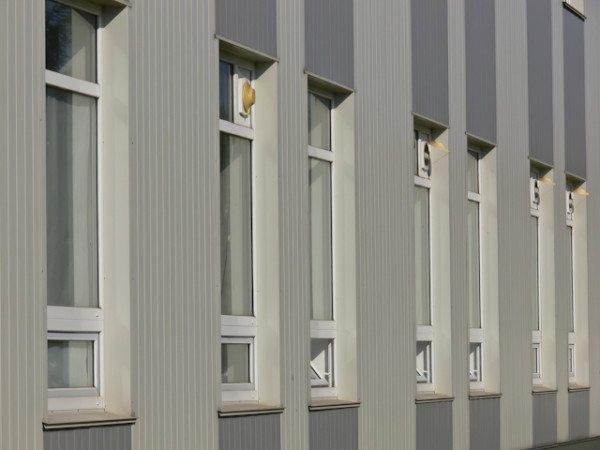 Благодаря скрытому способу монтажа вертикальный виниловый сайдинг имеет презентабельный вид.
