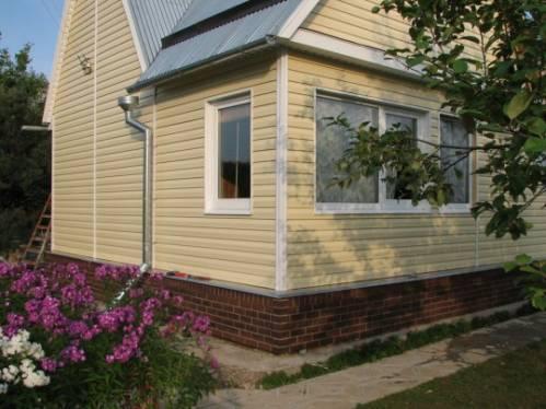 Дизайн домов обшитых сайдингом отличается оригинальностью, несмотря на простоту технологического процесса монтажа
