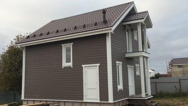 Дизайн проект может быть скромным или ярким, но благодаря сайдингу дом точно будет неподражаемым