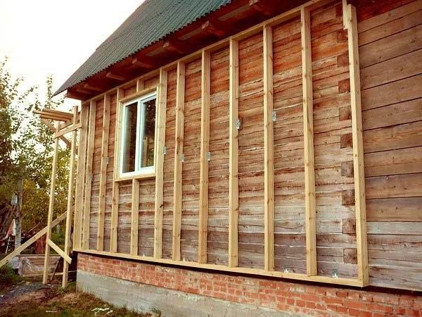 Для монтажа сайдинга на деревянных постройках, обрешетку собираем из пиломатериалов