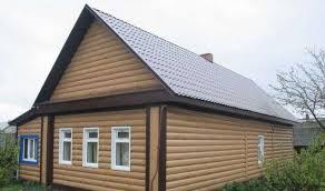 Дом, отделанный металлосайдингом под бревно