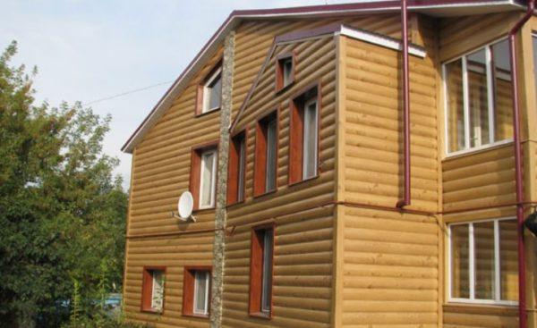 Двухэтажный дом со сложным фасадом, отделанный сайдингом