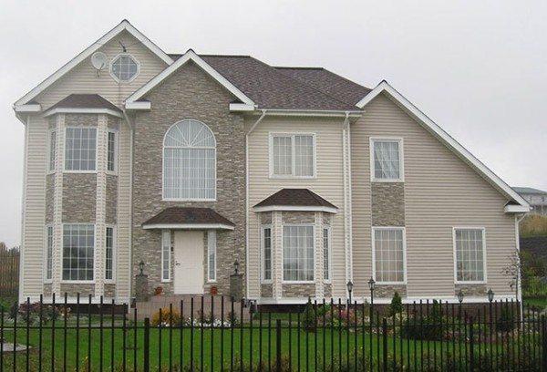 Фасад дома в серых тонах.