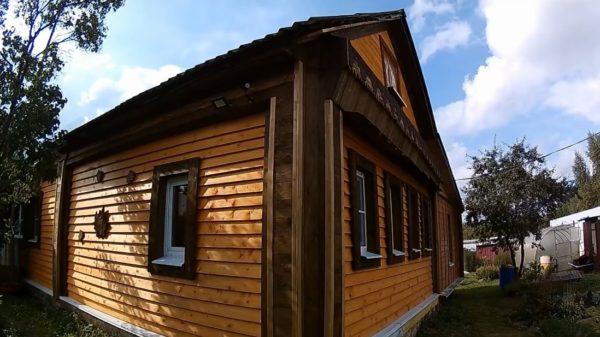 Фасад обшит древесиной и обработан бактерицидными пропитками против гниения