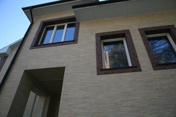 Фиброцементные панели позволяю украсить фасад дома фактурой натурального камня