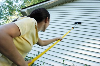 Сильно испачканный фасад моется обычной шваброй. Пыль легко удалить, окатив стены водой из шланга.