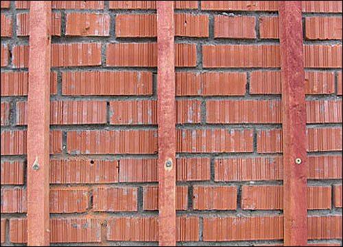 На кирпичную стену обрешетку монтируют в обязательном порядке