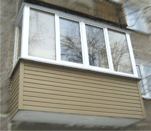 Балкон, обшитый сайдингом.