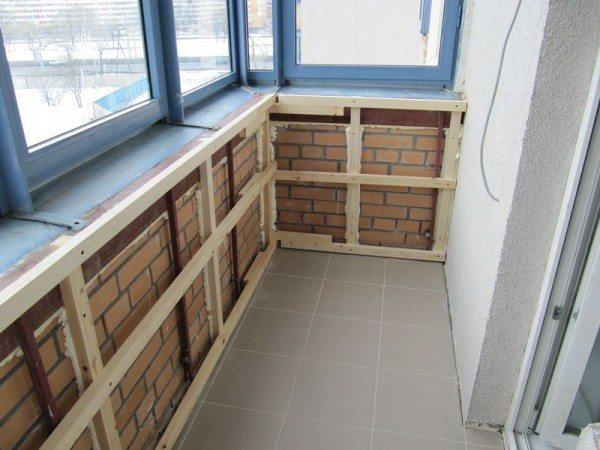 Деревянная обрешетка, установленная изнутри балкона.