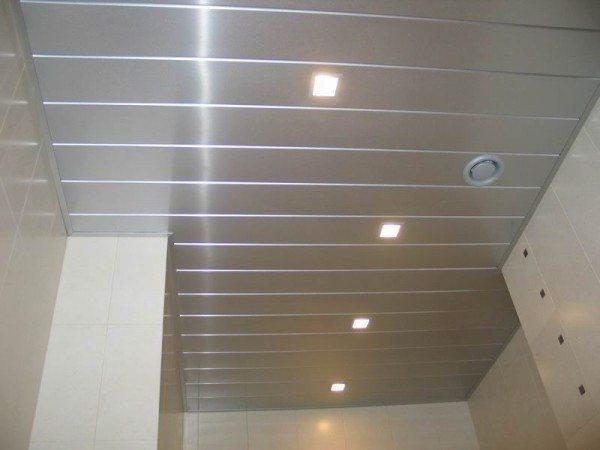 Потолок на кухне из сайдинга - фото