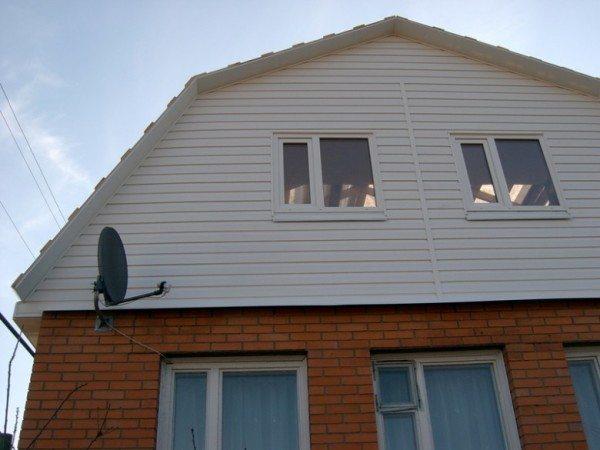 Как обшить сайдингом фронтон не трогая стены — видно на этом фото