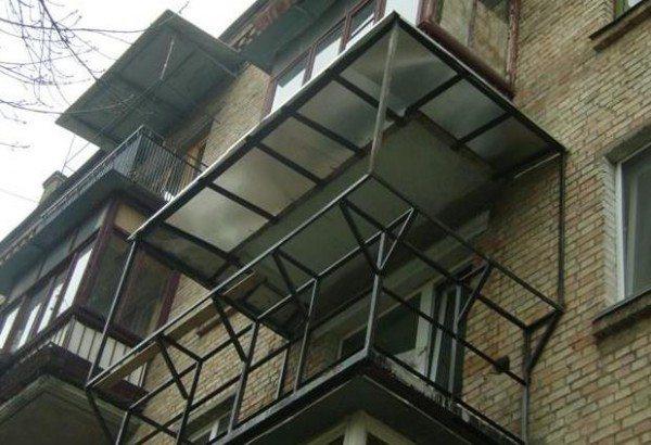 Можно сделать каркас с небольшим выступом, который зрительно увеличит пространство, а также защитит балкон от атмосферных осадков