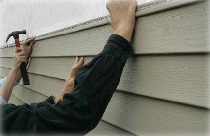 На ровную деревянную стену сайдинг монтируют без обрешетки.