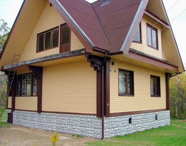 Этот полюбившийся всем материал быстро монтируется на фасад из любого существующего строительного материала