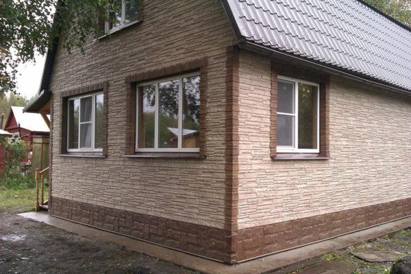 Комбинированные панели под крупный и мелкий камень при отделке фасада с переходом во фронтон