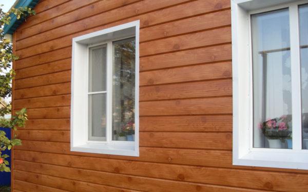 Красиво оформленные окна — это первое, что бросается в глаза при виде фасада малоэтажного дома