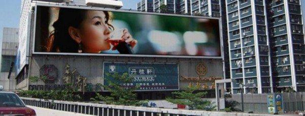 Дисплеи подобных фасадов могут транслировать и рекламные клипы.