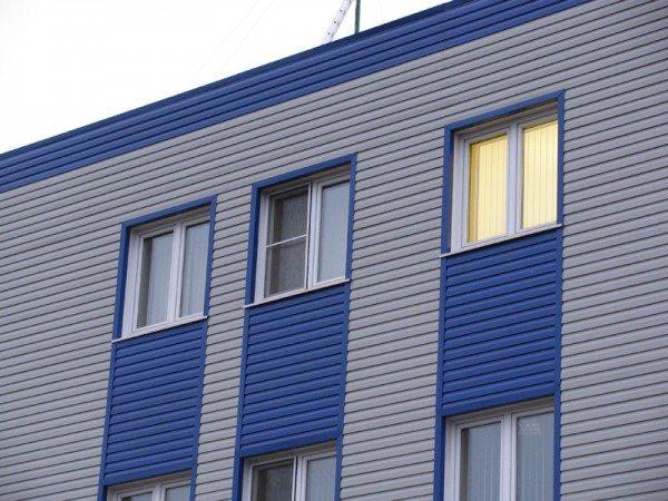 Металлосайдинг чаще можно видеть на фасадах офисных и промышленных строений.