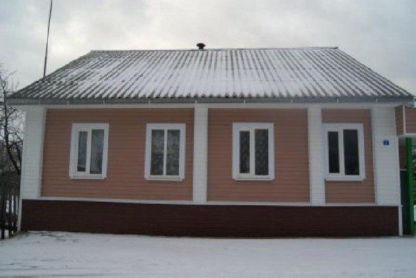 Бревенчатый дом, обшитый сайдингом.