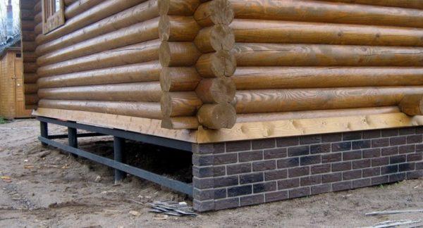 Обшивка подходит и под кирпичный, и под деревянный фасад