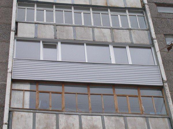 Наружная отделка сайдингом балкона позволяет выгодно выделить его