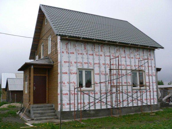Для более удобного и безопасного расположения, соорудите конструкцию-опору из подручных материалов