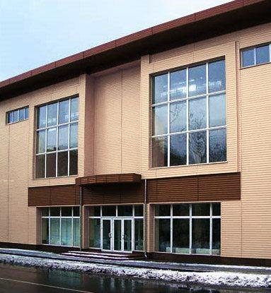 Административное здание, которое обшито алюминиевым сайдингом