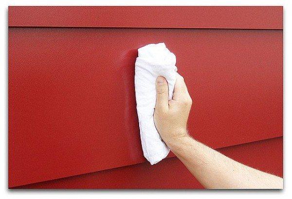 Мыть виниловые изделия можно при помощи обычной тряпки – быстро и эффективно