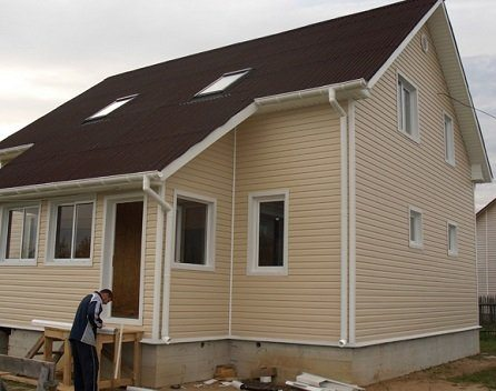 Просто и симпатично – кремовый сайдинг и коричневая крыша