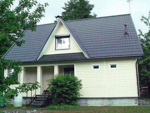 Чем светлее фасад – тем удачнее он сочетается с темной крышей