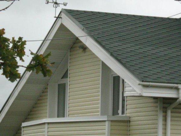 Фасад и кровельный свес дома, обшитые сайдингом, смотрятся очень гармонично
