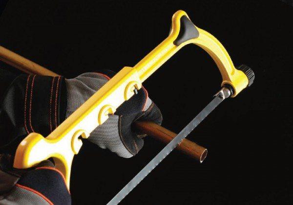 При использовании ножовки надевайте перчатки, чтобы предотвратить получение травм