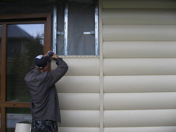 Процесс монтажа панелей блок хауса