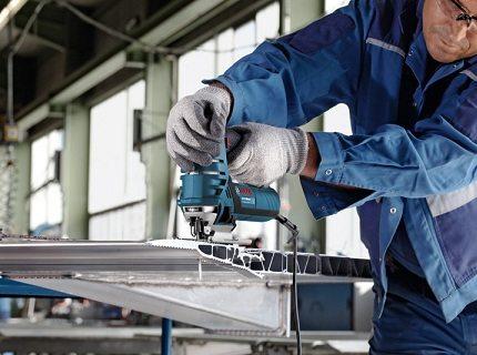 Работая лобзиком, держитесь от него на расстоянии 30-40 см, чтобы избежать попадания металлической стружки на лицо и одежду