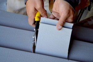 Работая ножницами, старайтесь прогибать материал по мере продвижения лезвий