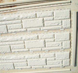 Цокольный сайдинг «Доломит» по форме напоминает обычные стеновые панели