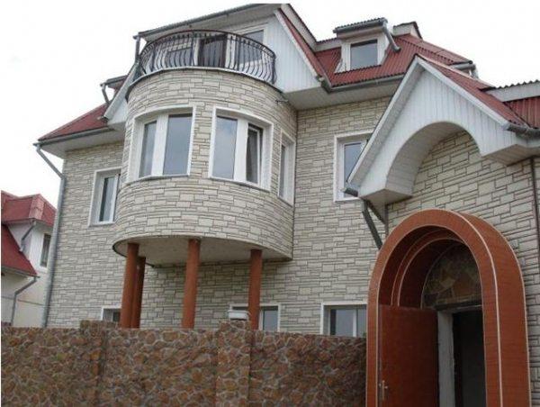 Балкон можно обшить сайдингом, имитирующим камень. Естественно, его цена значительно выше, но столь потрясающий внешний вид стоит того