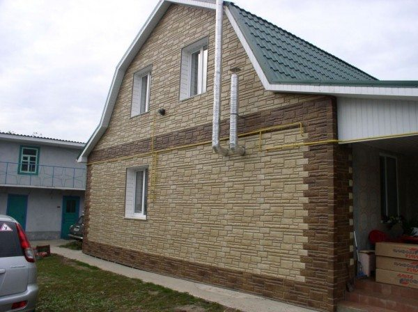 Сайдинг может иметь рельефную поверхность, имитирующую камень или дерево.