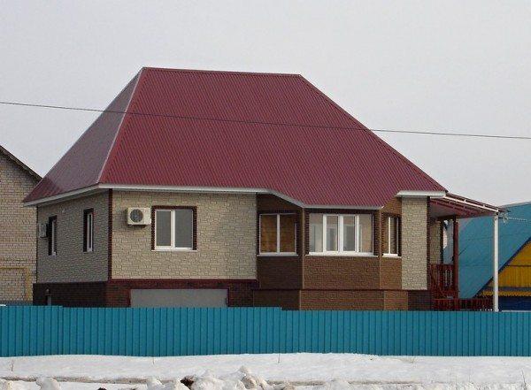 Выделение контрастным цветом отдельных элементов здания.