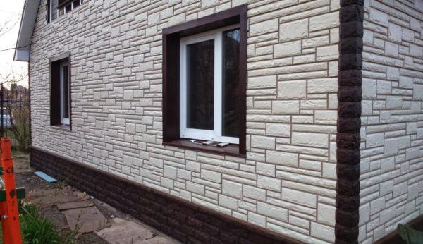 Так можно комбинировать цокольный и фасадный сайдинг с имитацией декоративного камня