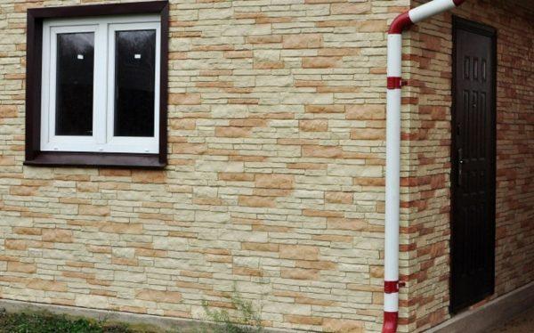 Цокольный сайдинг издалека неотличим от натурального камня и кирпича