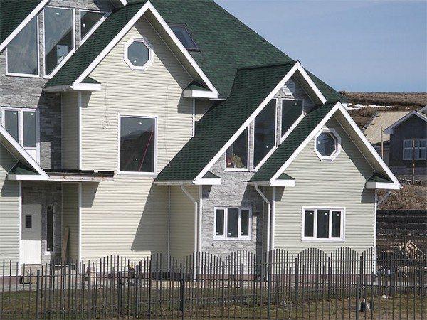 Применение разного цвета сайдинга для обшивки дома