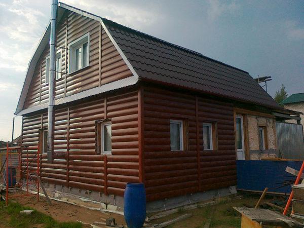 Удачное сочетание коричневого металлического блок хауса с расцветкой металлочерепицы на крыше