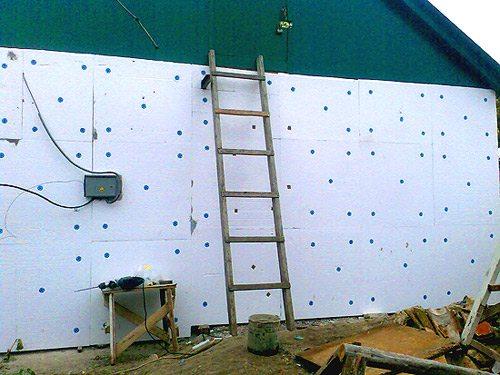 После установки нужно укрепить пластины с помощью дюбелей.