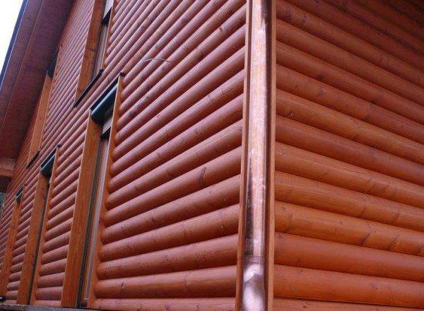 Виниловые панели сайдинга внешне почти не отличаются от натурального дерева
