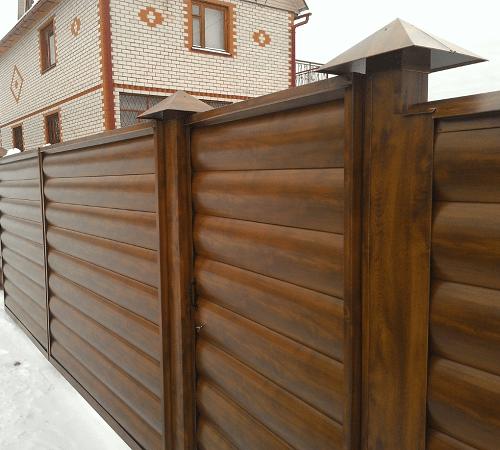 Забор из такого материала будет выгодно обрамлять контуры участка