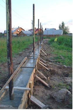 Ленточный фундамент утяжелит конструкцию, однако увеличит срок её службы.